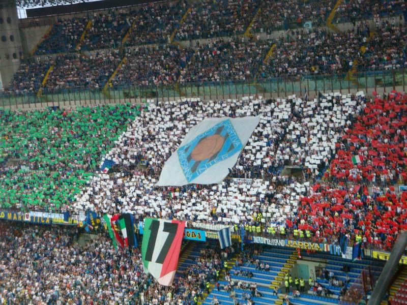 南看台意大利国旗图案 上面是历史上的一面队徽